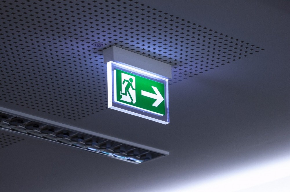 Ewakuacja - jak przeprowadzić ewakuację zgodnie z zasadami i przepisami bhp oraz ppoż
