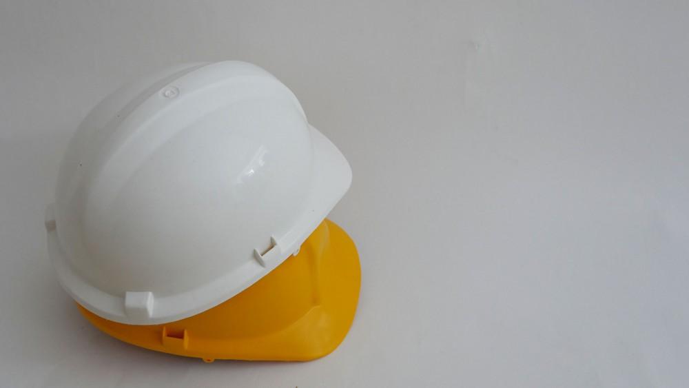 Co oznaczają kolory kasków na budowie?